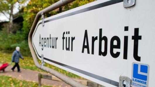 Ein Schild weist den Weg zur Bundesagentur für Arbeit.
