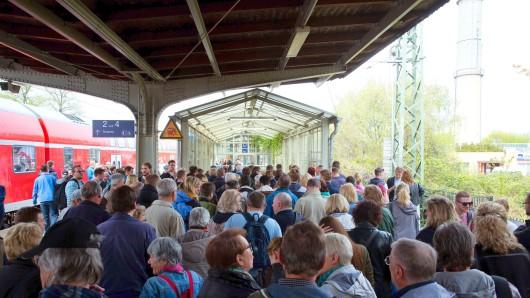 Der Bahnsteig in Werder war am Sonnabend beständig voll, rund 40.000 Festbesucher reisten mit der Bahn an