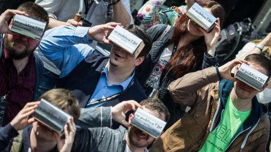 Besucher der re:publica blicken durch 3D-Brillen