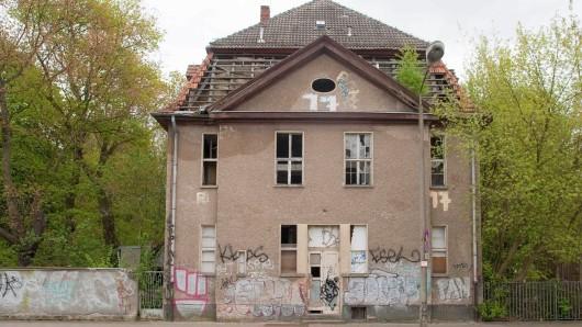 Die zur Straße stehende Fassade eines Gebäudes auf dem Gelände des ehemaligen Kinderkrankenhaues Weißensee