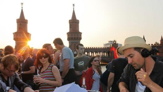 Party auf einem Schiff nahe der Oberbaumbrücke - auch das ist ein typisches Berlin-Geräusch