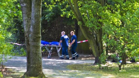 In einem Park am Wilmersdorfer Eisstadion hat ein Spaziergänger die Leiche eines Neugeborenen entdeckt