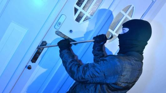 Einbrecher geben in der Regel auf, wenn sie eine Wohnungstür nicht innerhalb von zwei Minuten aufbrechen können