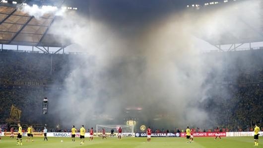 Kurz vor Anpfiff der 2. Halbzeit zündeten BVB-Fans im Berliner Olympiastadion beim DFB-Pokalfinale Pyrotechnik