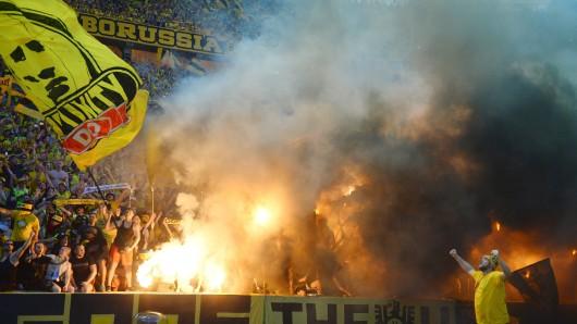 Trotz strenger Vorkehrungen beim Einlass war es Fans gelungen, Pyrotechnik - darunter sogenannte Bengalos - ins Stadion zu schmuggeln.