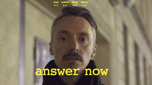 Türsteher Sven stellt dem Clubgänger Fragen - und verlangt Antworten
