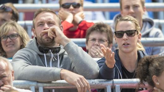 Robert Harting mit seiner Freundin Julia FIischer als Zuschauer auf der Tribüne bei den Deutschen Leichtathletik Meisterschaften 2015