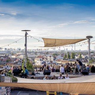 """Besucher der Bar """"Klunkerkranich"""" in Neukölln genießen den Blick über die Dächer"""