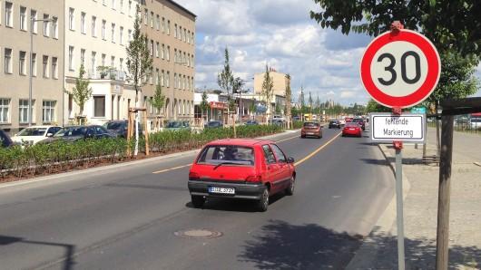 Nach drei Bauzeit wurde die Heidestraße für den Verkehr frei gegeben. Doch erst mal nur mit Tempo 30, weil die Fahrbahnmarkierungen noch fehlen
