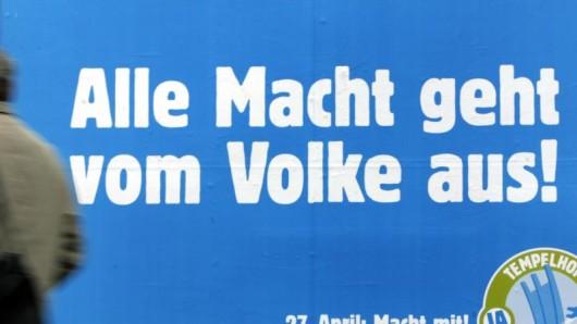 Ein Plakat zum Volksentscheid des Flughafen Tempelhof
