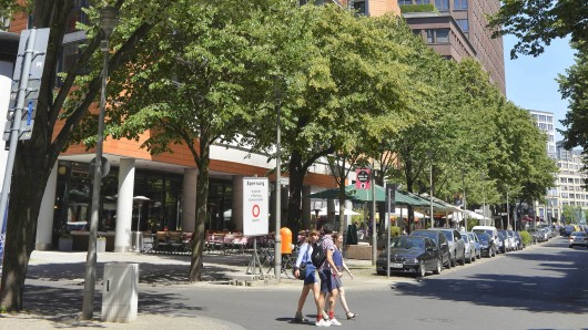 Durch die Alte Potsdamer Straße werden auch weiterhin  Autos fahren. Fußgänger können die breiten Gehsteige nutzen