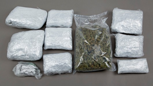 Die Drogenpakete, die die Polizei bei dem Beschuldigten fand