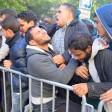 Flüchtlinge drängeln sich Ende September  auf dem Gelände des Landesamtes für Gesundheit und Soziales (LaGeSo) an einem Absperrgitter