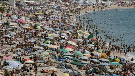 Ein Strand an der Costa Brava in der Hochsaison
