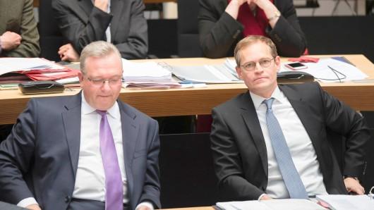Beim Thema doppelte Staatsbürgerschaft nicht einer Meinung: Berlins Innensenator Frank Henkel (CDU - l) und der Regierende Bürgermeister Michael Müller (SPD)