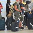Reisende warten am Flughafen Tegel