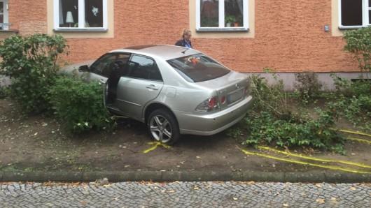 Der Lexus kam erst an einer Hauswand zum Stehen