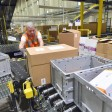 Ein Amazon-Mitarbeiter im Logistikzentrum in Brieselang