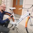 Diebstahlsicher: Christian Anuth mit einem seiner Prototypen. Wird das Fahrrad gestohlen schlägt seine Erfindung Alarm