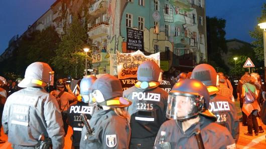 Polizisten an der Rigaer Straße (Archivbild 2016)