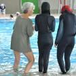 Frauen im Burkini im Schwimmbad