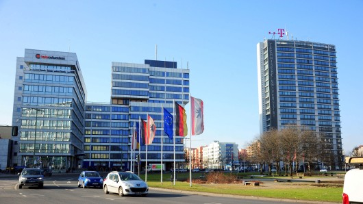 Verwechslungsgefahr: Das Gebäude in der Mitte ist das Telekom-Haus, das abgerissen werden soll. Der Neubau soll so hoch werden wie das Telefunken-Haus (r.)