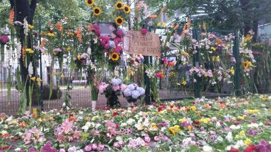 Nach den Schüssen am Kottbusser Tor haben Passanten Blumen niedergelegt