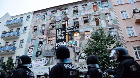 Polizisten vor dem Haus Rigaer Straße 94 (Foto: dpa)