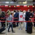 Archivbild: Fluggäste checken am 02.05.2016 in langen Reihen am Flughafen Tegel mit ihren Koffern bei Air Berlin ein. (Quelle: dpa/Jens Kalaene)