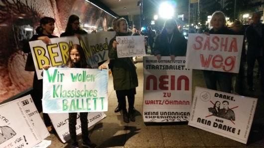Mütter und Ballett-Kinder demonstrieren vor der Deutschen Oper