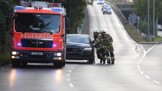 Die Feuerwehr schleppt eines der Autos von der Autobahn herunter
