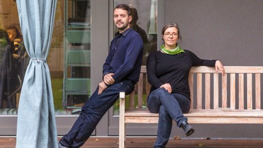 """Architekten Henri Praeger und Jana Richter - auf der Terrasse vor ihrem Büro im  preisgekrönt""""Aufbauhaus Neukölln"""" an der Braunschweiger Straße"""