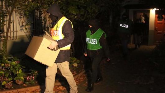 LKA-Beamte stellen in Berlin Beweismaterial sicher