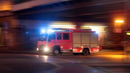 Symbolbild: Ein Einsatzfahrzeug der Feuerwehr fährt mit Blaulicht in Berlin (Quelle: imago/Ralph Peters)