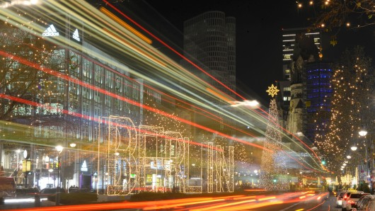 Die Weihnachtsbeleuchtung auf dem Kurfürstendamm ist bereits eingeschaltet. Kaum zu glauben: In wenigen Wochen ist schon Heiligabend