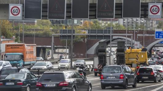 Die Polizei kontrolliert auf der Stadtautobahn A100 (Archivbild)