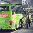 Ein Flixbus steht am Zentralen Omnibus-Parkplatz an der Messe