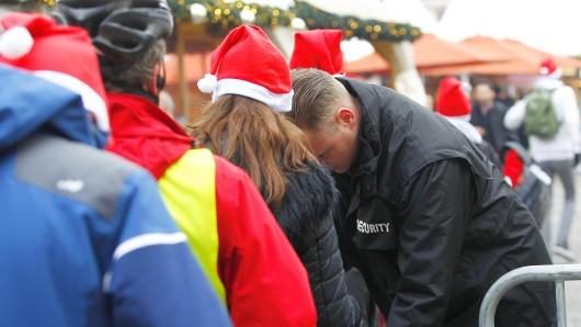 Taschenkontrollen auf einem Weihnachtsmarkt in Berlin
