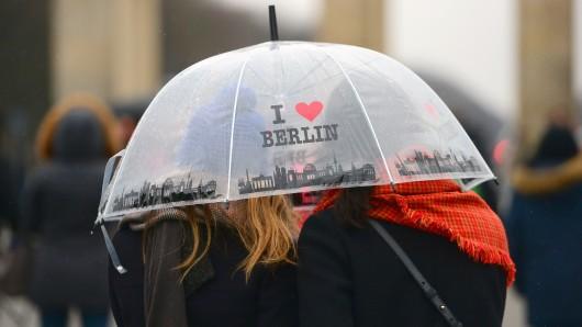 Italienische Touristen vor dem Brandenburger Tor