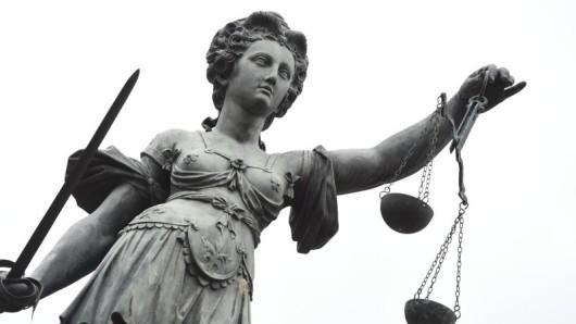 Die Frau hat sich des räuberischen Diebstahls sowie der Körperverletzung schuldig gemacht