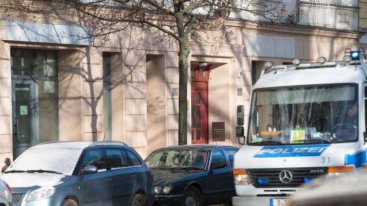 Ein Polizeiwagen vor dem Moschee-Verein Fussilet 33 in der Perleberger Straße in Berlin