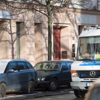 Ein Polizeiwagen fährt am an den Räumlichkeiten des Moschee-Vereins Fussilet 33 an der Perleberger Straße vorbei