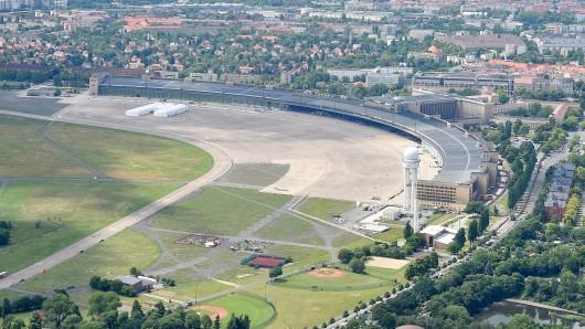 Auf Teilen des stillgelegten Flughafens Tempelhof, auf dem Foto im unteren Bereich des Flugfeldes, soll ein Containerdorf entstehen