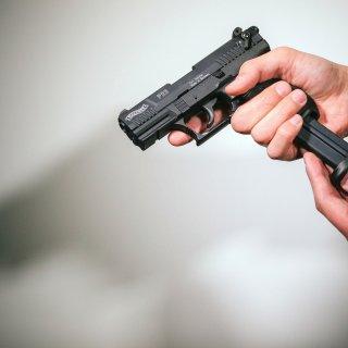 Ein Mann mit einer Schreckschuss-Pistole (Archivbild)
