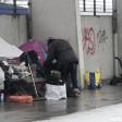 Ein Obdachloser räumt in einem Zeltlager unter einer Brücke am Spreebogen im Regierungsviertel seine Sachen auf. Das Lager soll jetzt dauerhaft verschwinden