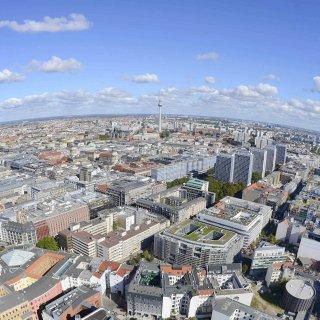 Blick auf Berlin. Der Wohnungsmarkt in der Stadt ist angespannt. Betrüger machen sich das zunutze (Archivbild)