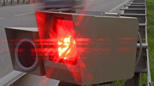 Ein Blitzer an der Autobahn (Archivbild)