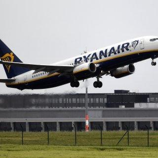 Ein Flugzeug von Ryanair startet am Flughafen Schönefeld