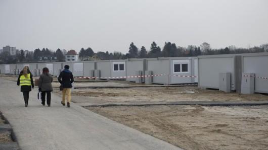 Schön ist das nicht: Das Wohncontainer-Dorf in Buckow hat eröffnet