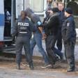 Beamte nehmen den Taverdächtigen fest